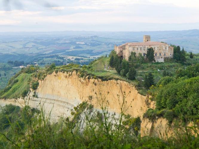 val-di-cecina-abbazia-volterra-by-raimond-spekking-wikipedia-jpg