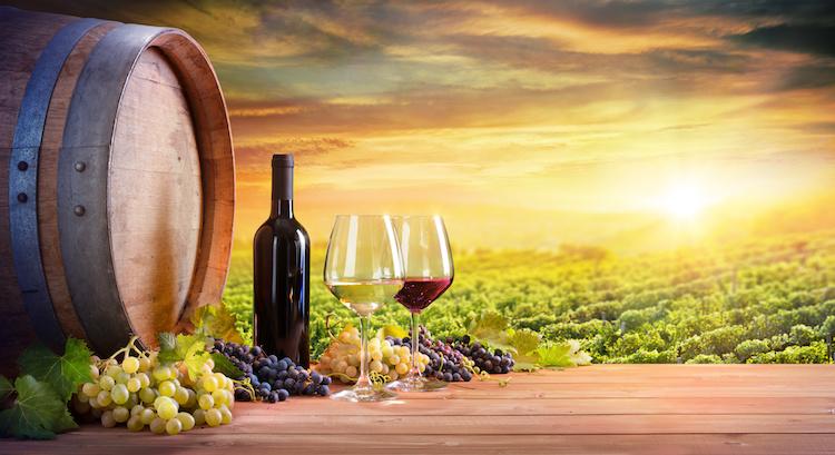 vino-bottiglia-bicchieri-botte-vigneto-tramonto-by-romolo-tavani-adobe-stock-750x409.jpeg