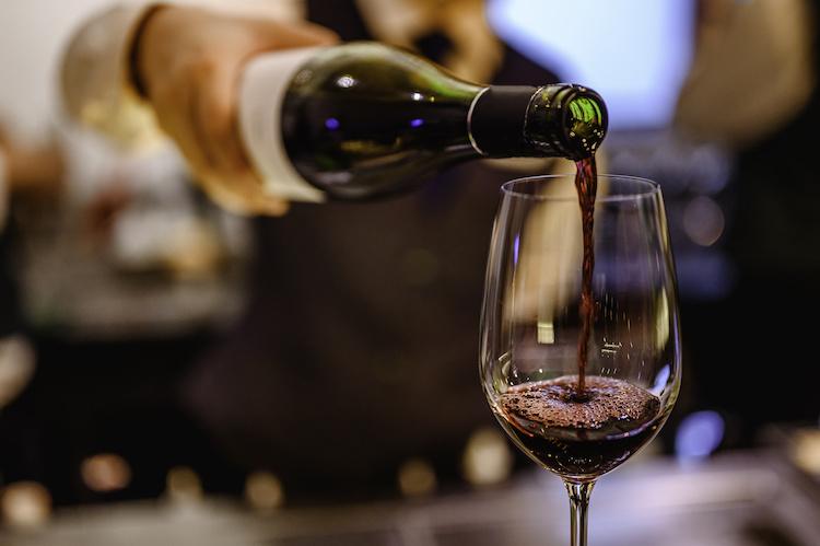 vino-rosso-bicchiere-bottiglia-calice-by-day-of-victory-stu-adobe-stock-750x499