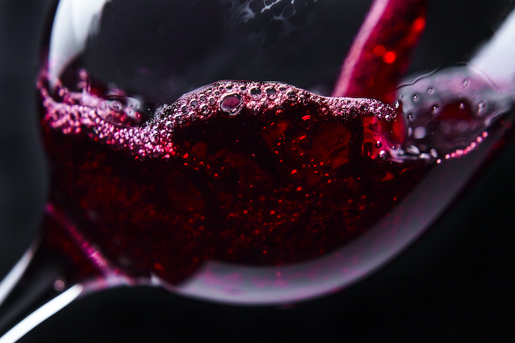 vino-rosso-bicchiere-by-igor-normann-adobe-stock-750x500