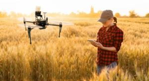 agricoltura-di-precisione-smart-farming-giovane-donna-ragazza-giovani-by-scharfsinn86-adobe-stock-750x409