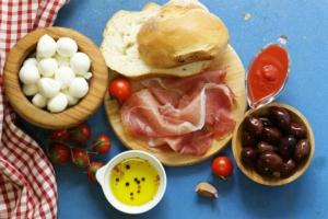 agroalimentare-made-in-italy-mozzarelle-pomodori-olive-prosciutto-pane-aglio-by-dream79-fotolia-750