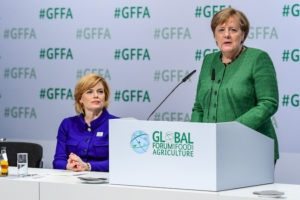 angela-merkel-julia-klockner-green-week-berlino-fonte-messe-berlin-gmbh