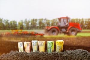 banconote-terra-trattore-soldi-by-vaksmanv-adobe-stock-750x500