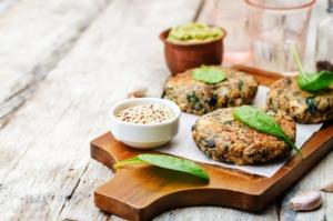 burger-vegetariano-quinoa-melanzane-spinaci-ceci-by-nata-vkusidey-adobe-stock-750x497