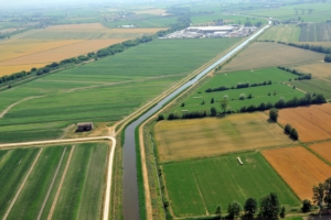 canale-irrigazione-per-agricoltura-veduta-aerea-campi-campo-provincia-reggio-emilia-by-dvisions-adobe-stock-750x499