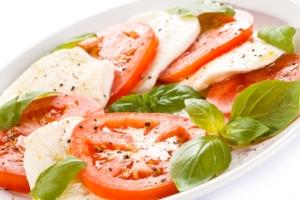 caprese-mozzarella-basilico-pomodoro-dieta-mediterranea-made-in-italy-by-jacek-chabraszewski-fotolia-750