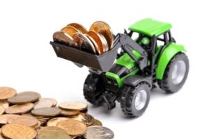 finanziamenti-agricoli-trattore-monete-soldi-macchine-agricole-by-sergey-skleznev-adobe-stock-750x499