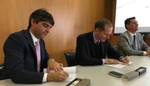 firma-accordo-confagricoltura-topconda-sinistra-fabio-isaia-amministratore-delegato-di-topcon-e-massimiliano-giansanti-presidente-di-confagricoltura