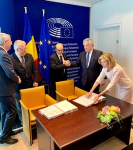 firma-direttiva-pratiche-commerciali-sleali-apr-2019-fonte-paolo-de-castrojgp