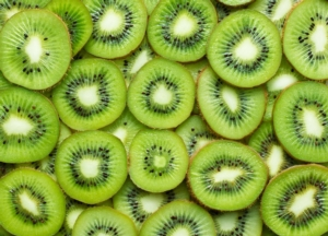 kiwi-actinidia-a-fette-by-pineapple-studio-adobe-stock-695x500