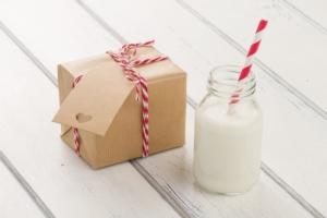latte-pacchetto-natale-by-ramon-antinolo-fotolia-750