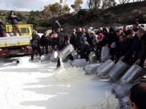 latte-protesta-pastori-sardi-feb-2019-fonte-profilo-twitter-pastori-sardi-fabmanuelmulas