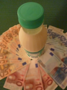 lattebottigliabanconotealtosfocata-ag