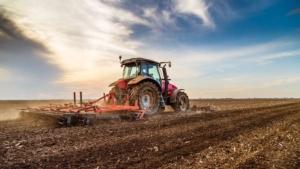 lavorazione-terreno-erpice-trattore-byoticki-adobe-stock-750x4221