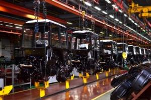 linea-produzione-macchine-agricole-cabina-trattore-by-maxsafaniuk-adobe-stock-750x497