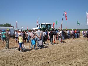 macchine-agricole-agricoltura-sostenibile-blu-aigacos-pubblico-2011-by-il-lc