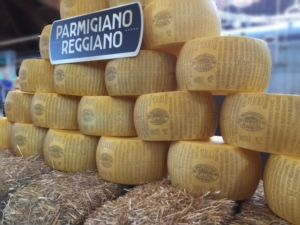 parmigiano-reggiano-insegna-e-forme-ag