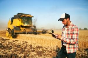 precision-farming-agricoltura-di-precisione-trebbiatrice-tablet-by-artiemedvedev-adobe-stock-750x500
