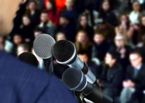 relatore-relatori-convegno-microfoni-by-razihusin-fotolia-750