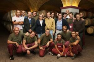 ruenza-santandrea-gruppo-cevico-gian-marco-moratti-con-collaboratori-e-alcuni-ragazzi-della-cantina-san-patrignano