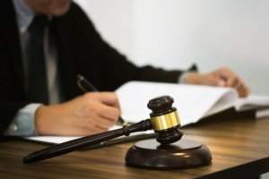 sentenza-giudice-processo-martelletto-martello-legge-tribunale-by-memyjo-adobe-stock-750x500