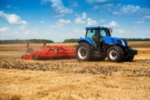 trattore-erpice-preparazione-suolo-macchine-agricole-by-pavlobaliukh-adobe-stock-750x499