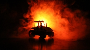 trattore-fuoco-incendio-by-zef-art-adobe-stock-750x420