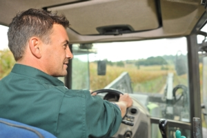 trattore-macchine-agricole-autista-guidatore-agricoltore-by-goodluz-adobe-stock-750x500