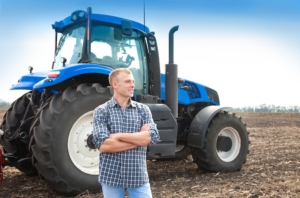 trattore-macchine-agricole-giovane-agricoltore-giovani-by-murika-adobe-stock-750x494