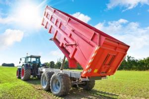 trattore-rimorchio-macchine-agricole-by-image-in-adobe-stock-750x500