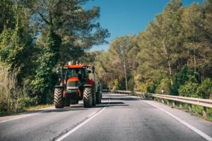 trattore-strada-macchine-agricole-by-grigory-bruev-adobe-stock-750x500