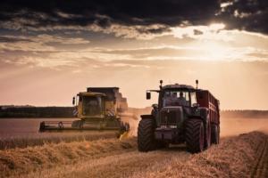 trebbiatrice-grano-trattore-macchine-agricole-by-shocky-adobe-stock-750x500
