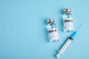 vaccino-covid-19-coronavirus-siringa-by-new-africa-adobe-stock-750x500