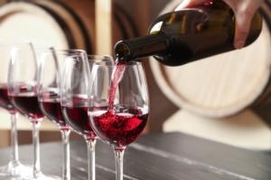 vino-rosso-bicchieri-bottiglia-by-new-africa-adobe-stock-750x500
